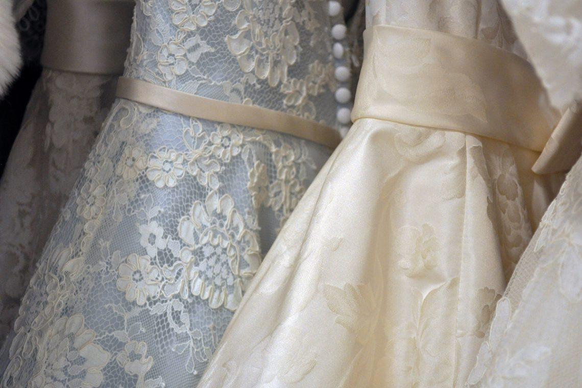 Welche Abendkleider eignen sich am besten für mollige Frauen?